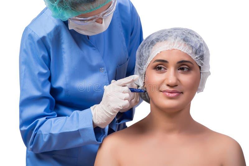 Młodej kobiety narządzanie dla chirurgii plastycznej odizolowywającej na bielu fotografia royalty free