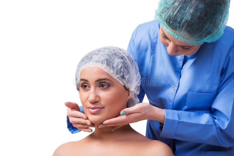 Młodej kobiety narządzanie dla chirurgii plastycznej odizolowywającej na bielu obraz stock