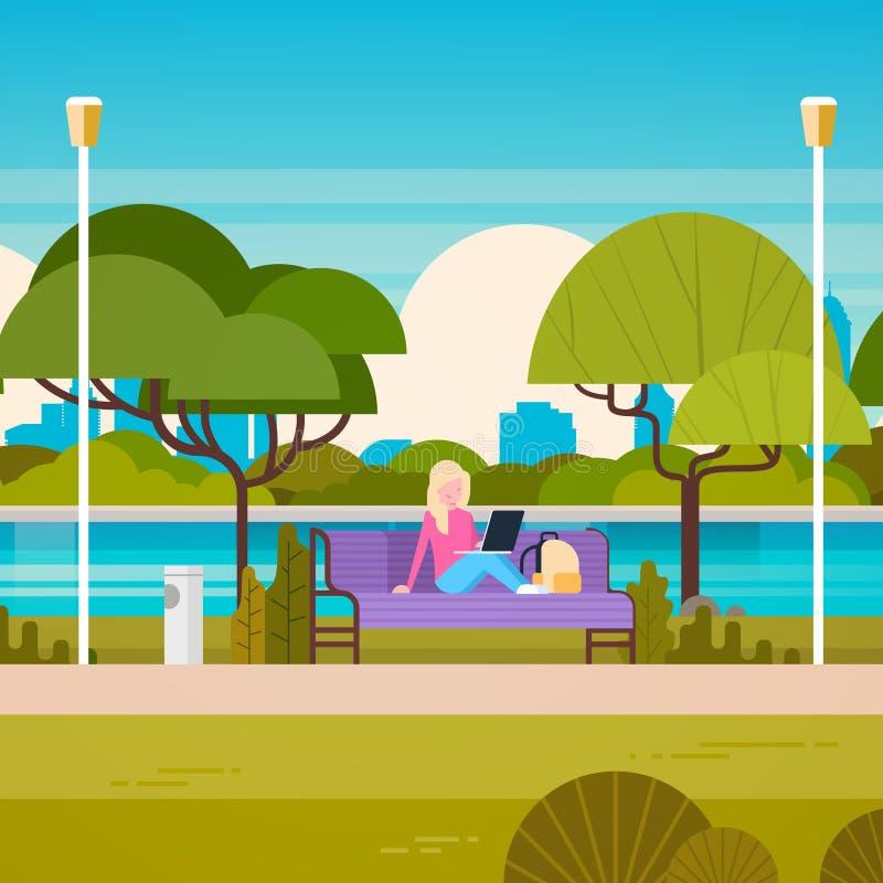 Młodej Kobiety obsiadanie Na ławce W Parkowym Używa laptopie Outdoors royalty ilustracja