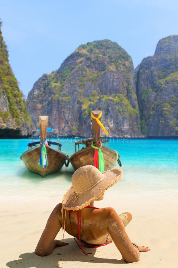 Młodej kobiety obsiadanie na plaży przy majowie zatoką na Phi Phi Leh Isla fotografia royalty free