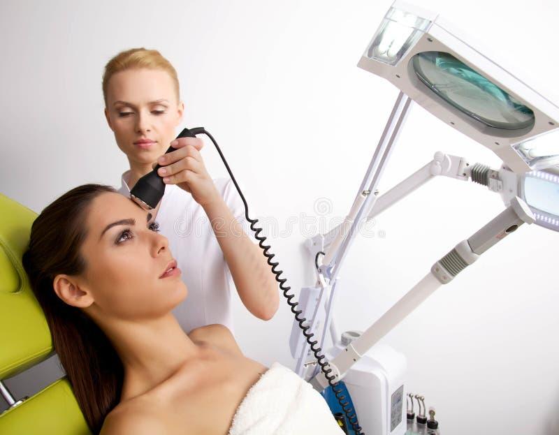 Młodej kobiety odbiorcza laserowa terapia obraz royalty free