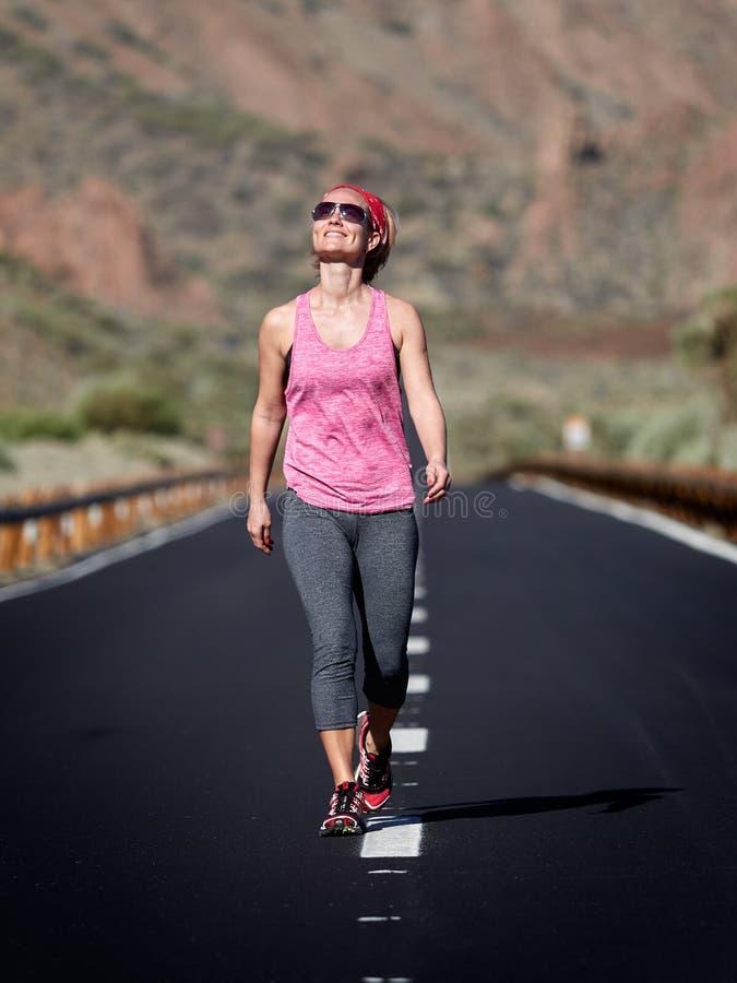 Młodej kobiety odprowadzenie na drodze w Teide wulkanu kraterze zdjęcia stock