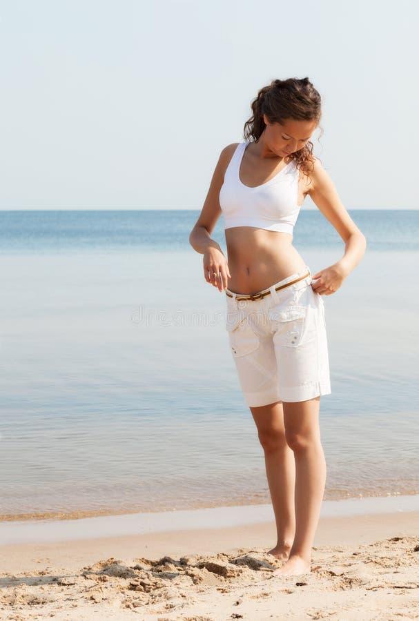 Młodej kobiety odprowadzenie na plaży obrazy stock