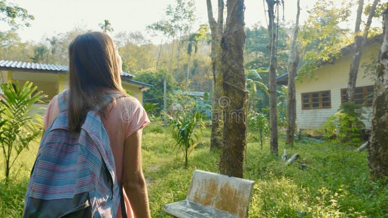 Młodej kobiety odprowadzenie na wsi ścieżce przez azjatykciej wioski zdjęcie stock