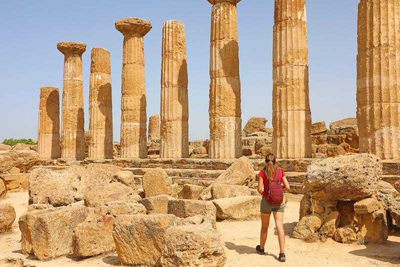 Młodej kobiety odprowadzenie w dolinie świątynie Agrigento, Sicily Podróżnik dziewczyna odwiedza Greckie świątynie w Południowym  zdjęcia stock