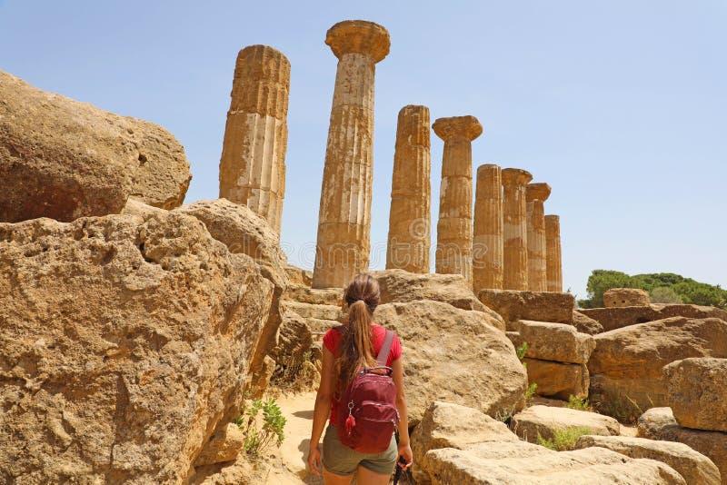 Młodej kobiety odprowadzenie w dolinie świątynie Agrigento, Sicily Podróżnik dziewczyna odwiedza Greckie świątynie w Południowym  zdjęcie stock