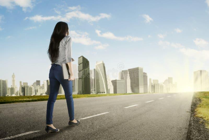 Młodej kobiety odprowadzenie w kierunku lepszy przyszłości zdjęcie royalty free