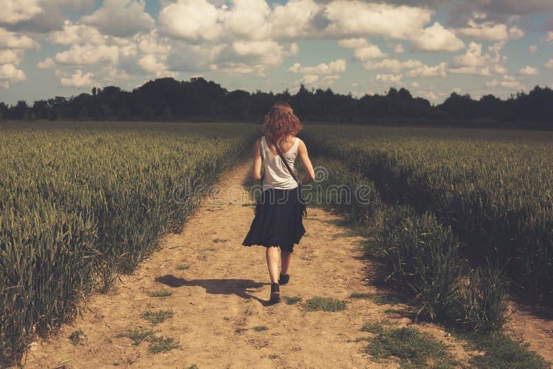 Młodej kobiety odprowadzenie w pszenicznym polu zdjęcie stock