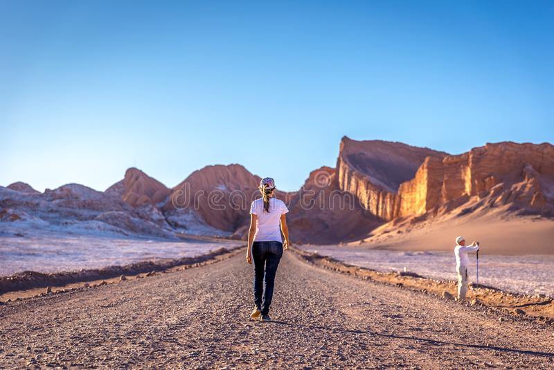 Młodej kobiety odprowadzenie w surrealistycznym krajobrazie w księżyc Valle de dolinnym losie angeles Luna w Atacama pustyni, Chi zdjęcie stock