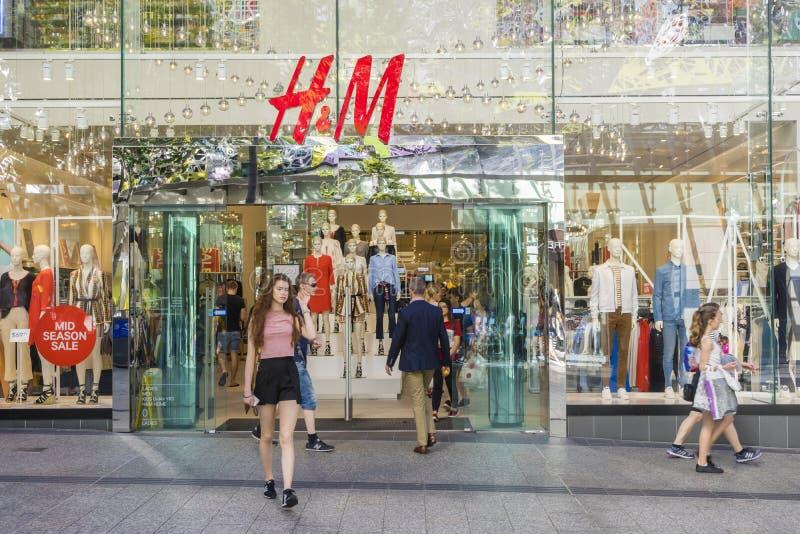 Młodej kobiety odprowadzenie z sklepu odzieżowego w Brisbane zdjęcie stock