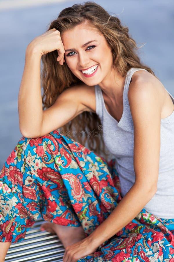 Młodej kobiety ono uśmiecha się obrazy royalty free