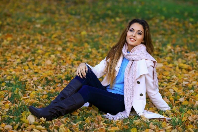 Młodej kobiety ono uśmiecha się i spadku klonu ogródu żółty tło wolna przestrzeń obraz stock