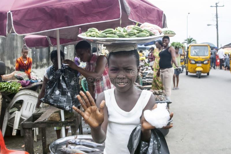 Młodej kobiety peddler okra owoc zdjęcia stock