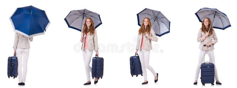 Młodej kobiety podróżowanie z walizką i parasolem odizolowywającymi na wh fotografia royalty free
