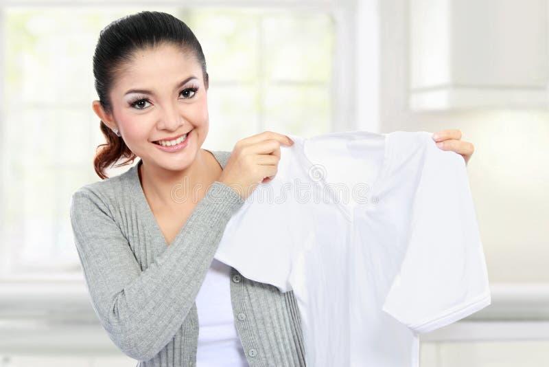 Młodej kobiety pokazywać czysty odziewa zdjęcie stock