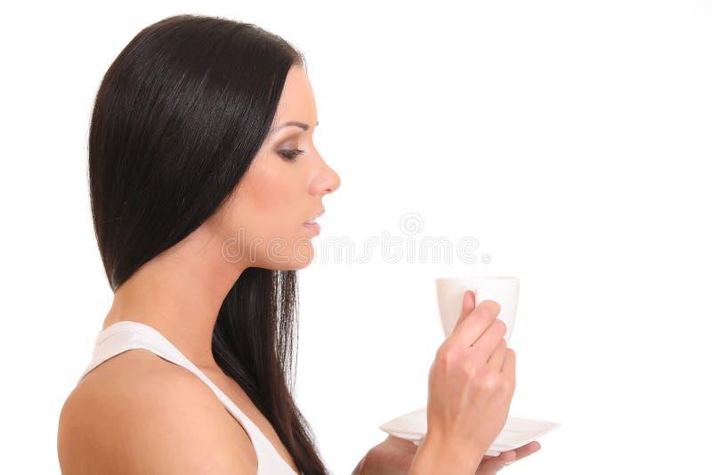 Młodej kobiety popijania herbata od filiżanki obraz stock