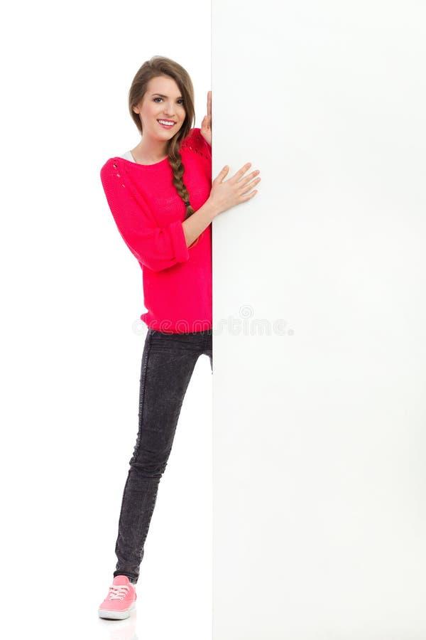 Młodej kobiety pozycja za dużym sztandarem obrazy stock
