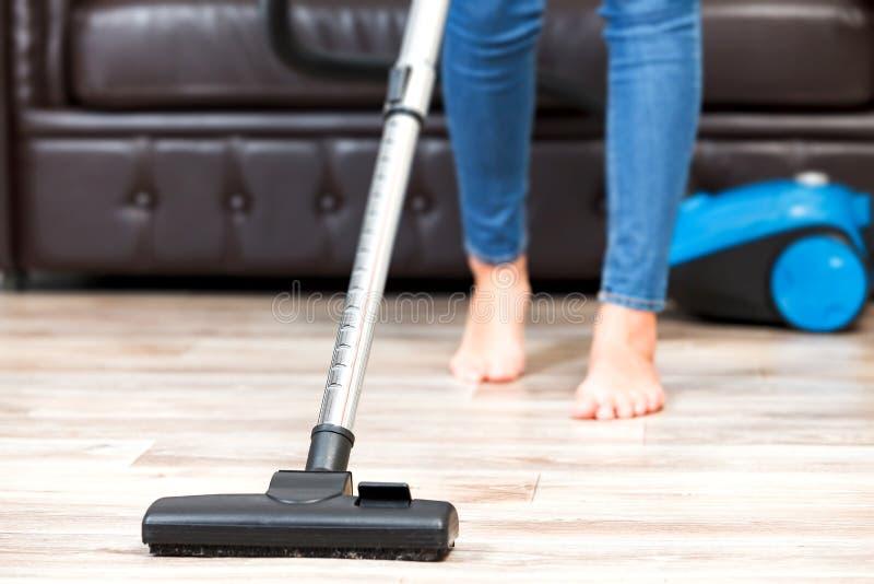 Młodej kobiety próżnia czyści mieszkanie obrazy stock