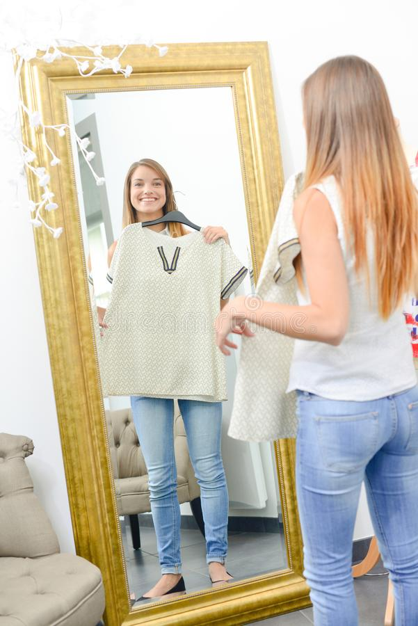 Młodej kobiety próbować odziewa dalej obraz royalty free