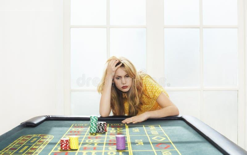 Młodej Kobiety przegrywanie Przy ruleta stołem zdjęcia stock