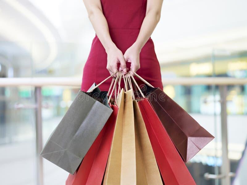 Młodej kobiety przewożenia papieru torba na zakupy w nowożytnym centrum handlowym obrazy royalty free
