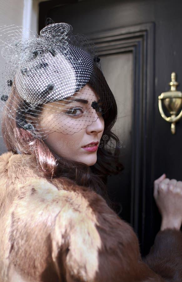 Młodej kobiety pukanie na drzwi zdjęcie royalty free