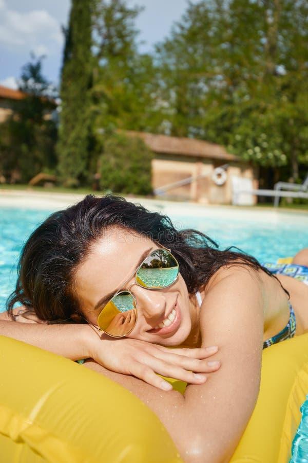 Młodej kobiety słońca kąpanie w zdroju kurortu pływackim basenie fotografia stock