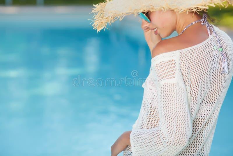 Młodej kobiety słońca kąpanie w zdroju kurortu pływackim basenie obraz stock