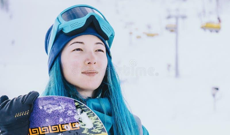 Młodej kobiety snowboarder na ośrodku narciarskim obraz royalty free