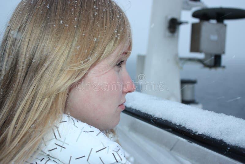 Młodej kobiety spojrzenie naprzód na prom desce obraz stock