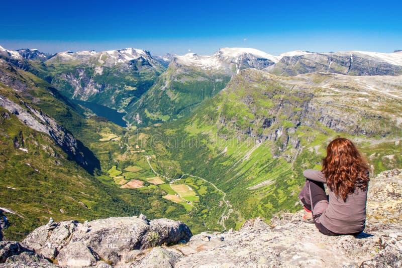 Młodej kobiety spojrzenie przy Geirangerfjord w Norwegia, Europa obraz royalty free