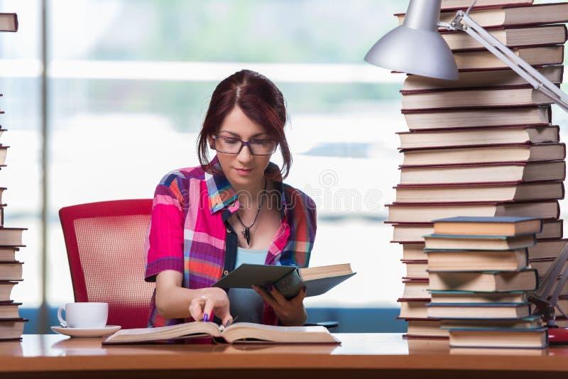 Młodej kobiety studencki narządzanie dla szkoła wyższa egzaminów zdjęcia royalty free