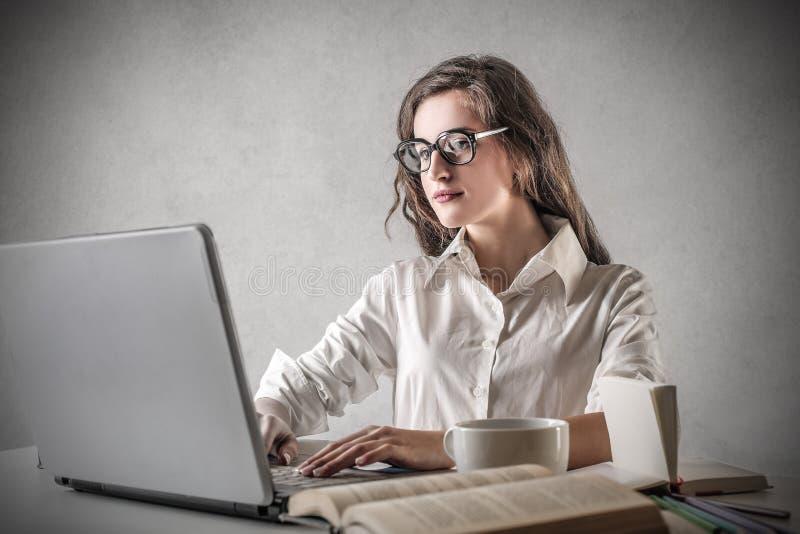 Młodej kobiety studiowanie fotografia stock