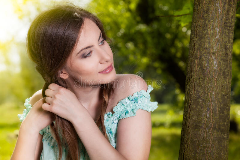 Młodej kobiety twarz na wiosna parku obrazy stock