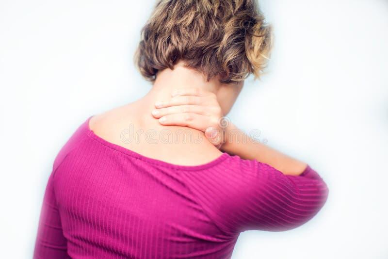 Młodej kobiety uczucie wyczerpujący i cierpienie od szyja bólu isola obraz stock