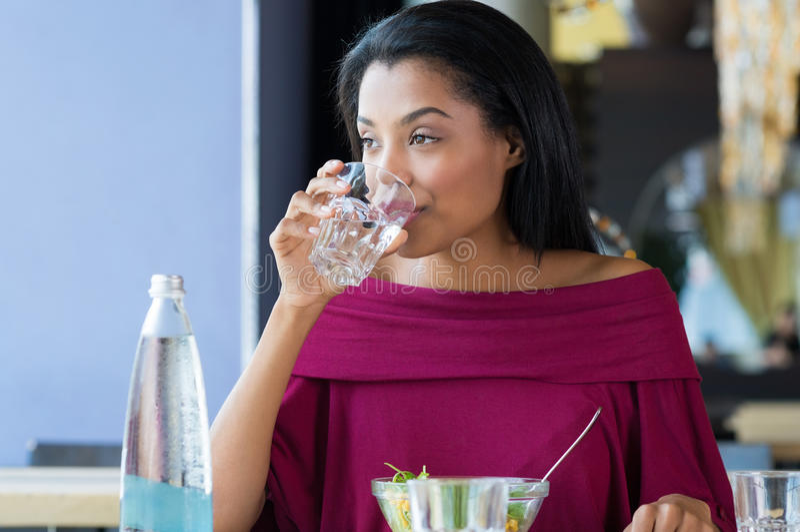 Młodej kobiety woda pitna obrazy royalty free
