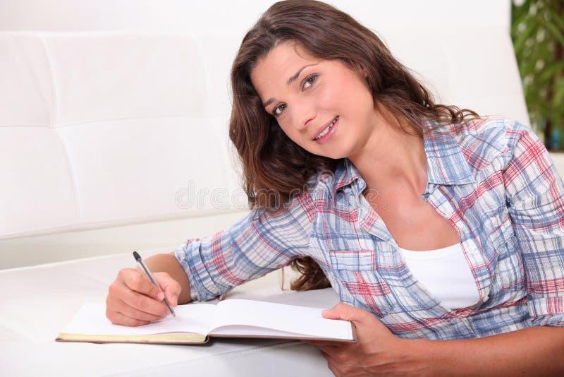 Młodej kobiety writing obraz royalty free