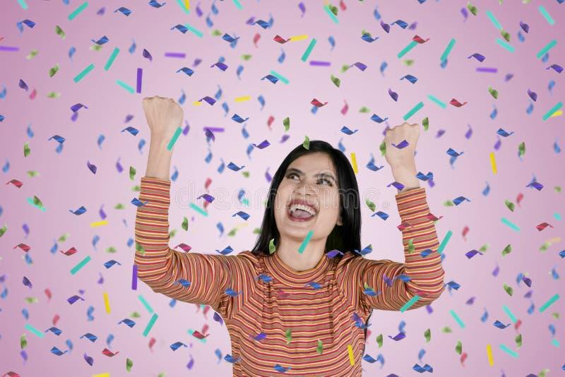 Młodej kobiety wyrażać szczęśliwy z confetti zdjęcia royalty free