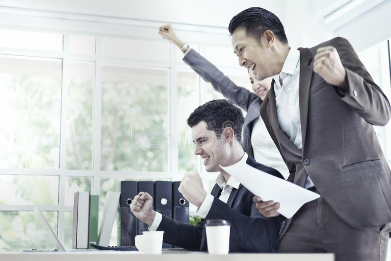 Młodej kreatywnie coworker drużyny szczęśliwy działanie konsultuje i dyskutujący nowego planowanie projekt w biurze, ludzie bizne obrazy stock