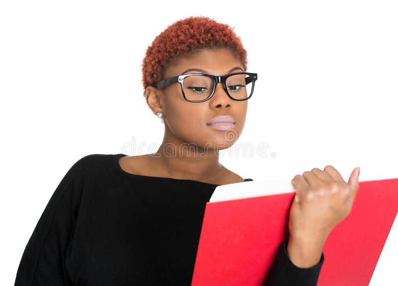 Młodej nerdy kobiety czytelnicza książka obraz royalty free