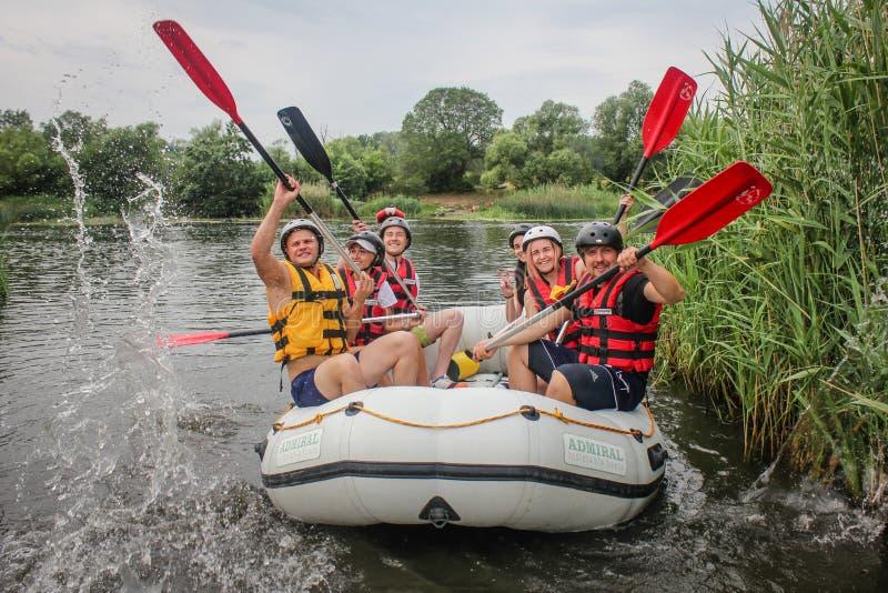 Młodej osoby flisactwo na rzece, ekstremum i zabawa, bawimy się przy atrakcją turystyczną Flisactwo na fotografia royalty free