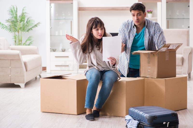 Młodej pary foreclosure zawiadomienia odbiorczy list zdjęcie stock