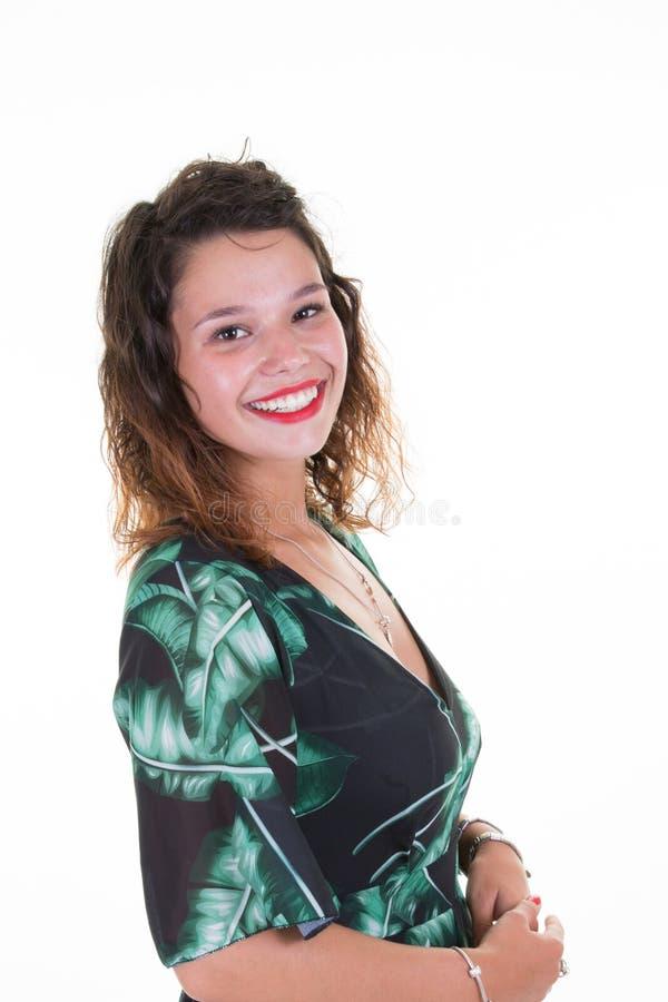 młodej pięknej brunetki dziewczyny uśmiechnięty bizneswoman patrzeje kamerę nad białym tłem obraz royalty free