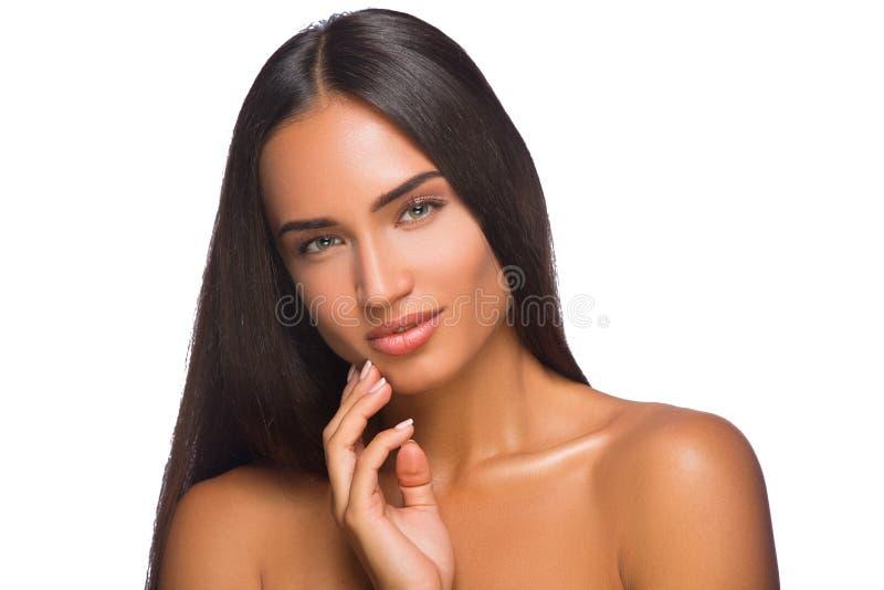 Młodej pięknej kobiety expertising skóra na jej twarzy obrazy stock