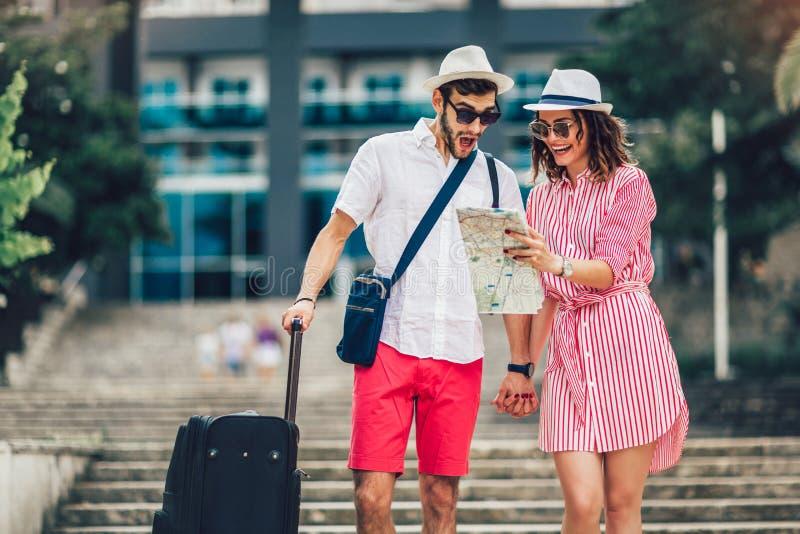 Młodej podróżnik pary miasta czytelnicza mapa i patrzeć dla hotelu obraz stock