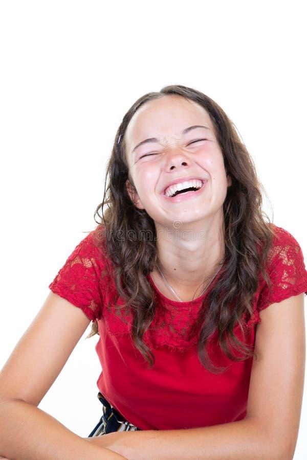 Młodej rozochoconej szczęśliwej dziewczyny nastoletni uśmiecha się śmiać się przy kamerą w białym tle zdjęcia stock