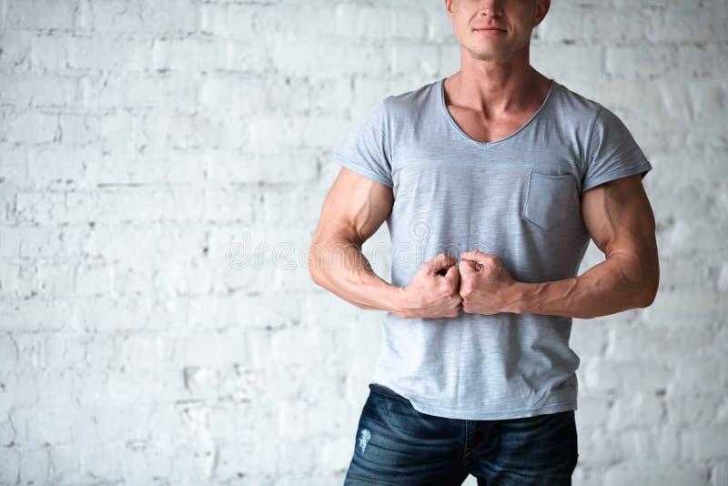 Młodej seksownej mężczyzna bodybuilder atlety pracowniany portret w loft na tle biały ściana z cegieł Przystojny faceta model wew obrazy stock