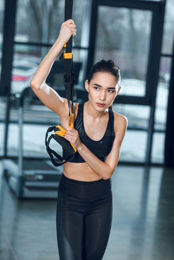 młodej sporty kobiety pracujący out relaksować przy gym podczas gdy opierający obraz royalty free