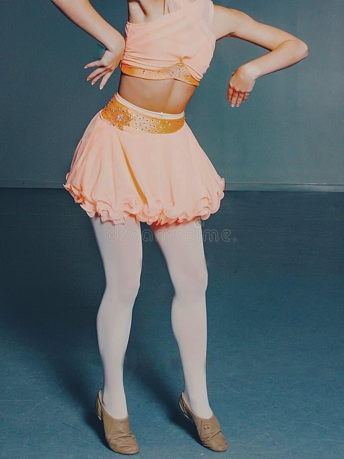Młodość Baletniczy tancerze Wykonuje próbę w Czerwonym i Białym spódniczki baletnicy ` s zdjęcie royalty free