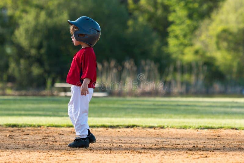 Młodość baseballa chłopiec na bazie zdjęcia royalty free